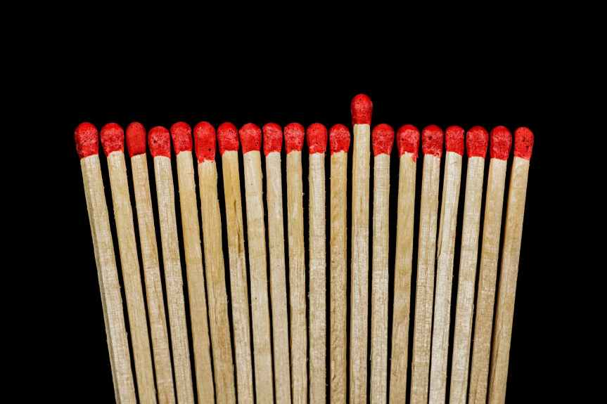 brown and red matches sticks near each other